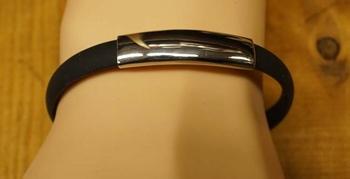 "Rubber armband  "" Zwart /  zilverkleurig  """