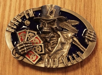 "Belt buckle   "" Read em and weep ""   skelet met kaarten"