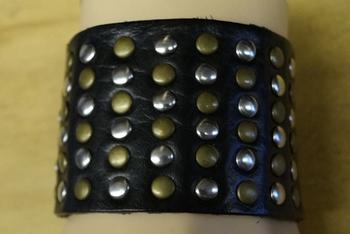 """Leren brede armband  """" Studs zilver en goud kleurig """" zwart"""
