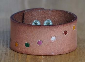 """Leren armband  """"  Bloemen + sterren """"   Beige"""