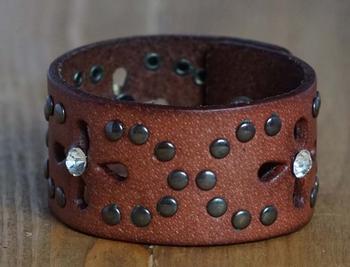 """Leren armband  """"  Studs + strass """"   Bruin"""