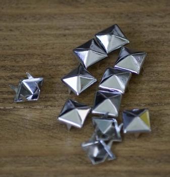 """Studs  """" Piramide """"  Zilver kleurig"""