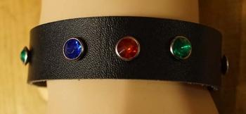 """Leren armband  """" Strass Blauw / rood / groen """"   Zwart"""