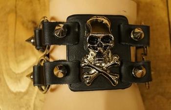 """Leren armband met metalen ringen """" Doodskoppen """"  Zwart"""