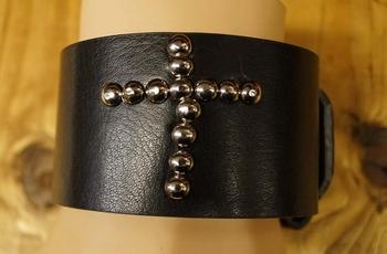 """Leren armband met gesp  """" Studs kruis """"   Zwart"""