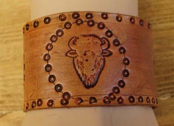 """Brede leren armband   """" 2 Adelaars en bizon """"  Beige"""