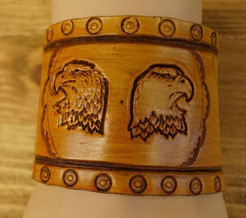 """Brede leren armband   """" Eagle with feathers  """"  Beige"""