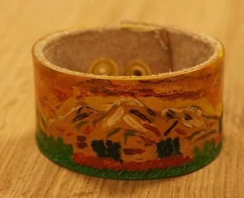 """Brede schuine leren armband   """" Sier design """"  Donker bruin"""