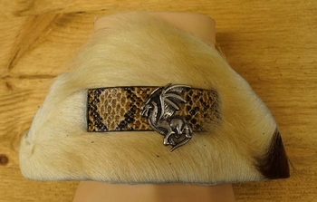 """Armband  """"Koeienhuid met slangenprint bandje, concho draak"""""""