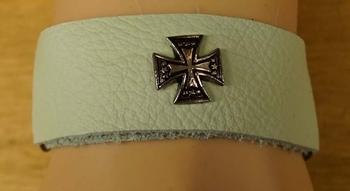 """Leren armband   """" Groen / wit met kruis """""""