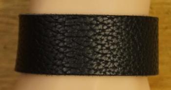 """Brede leren armband met veter vast  """" Zwart met structuur """""""