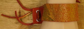 """Brede leren armband met veter vast  """" Rood / bruin """""""