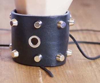 """Armband met vetersluiting  """" Studs en hools """"   Zwart"""