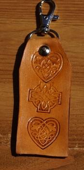 """Sleutelhangers van leer   """" Keltische knoop + hartjes """" Tan"""