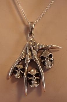 """Zilveren hanger  """" Hand met doodskoppen """""""