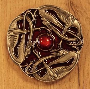 """Buckle  """" Drie keltische slangen """"   rood / nikkelkleurig"""