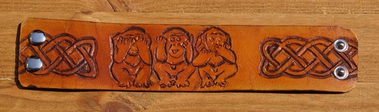 """Armband  """" Apen horen, zien en zwijgen """"   Beige"""