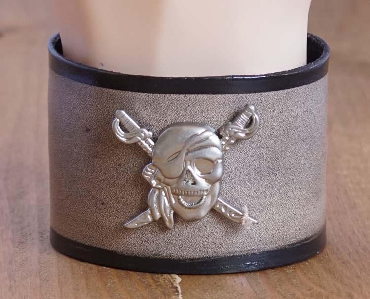 """Armband  """" Doodskoppen + metalen doodskop """"  Bruin/zwart"""