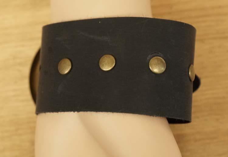 """Brede armband  """" Grote gesp met koper studs """"  zwart"""