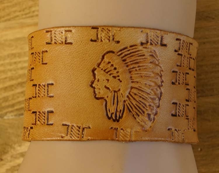 """Brede leren armband   """" Buffel, indiaan en slang  """"  Beige"""