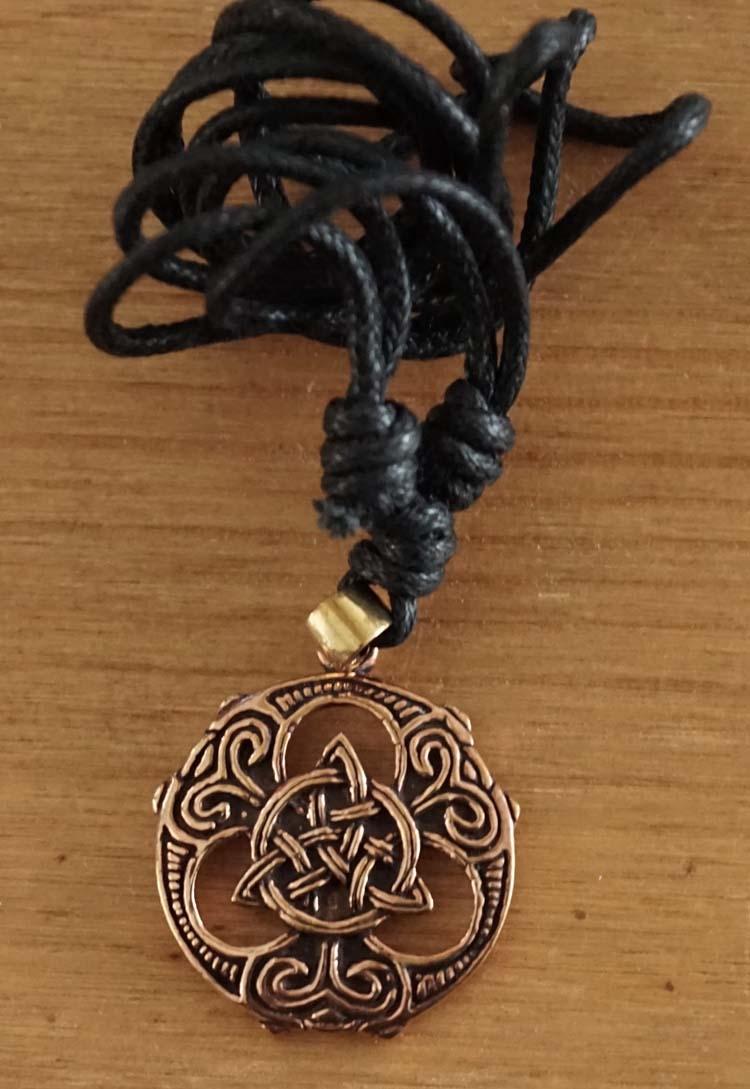 """Bronzen ketting  """" Triskelion op schild """""""