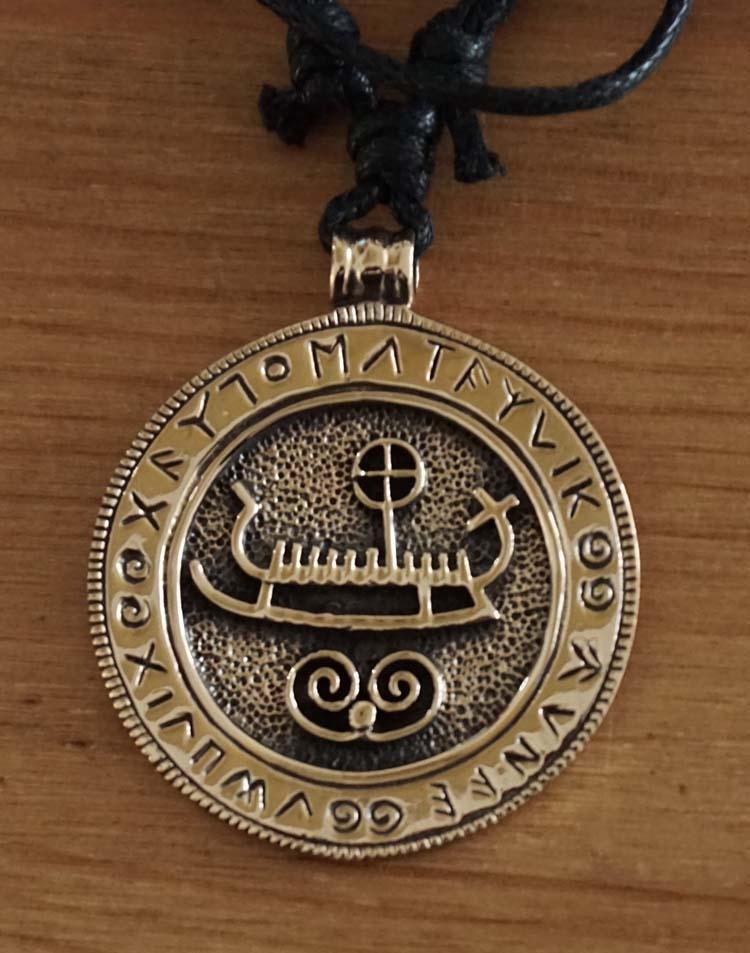 """Bronzen ketting  """" Vikingschip op schild met runentekens """""""