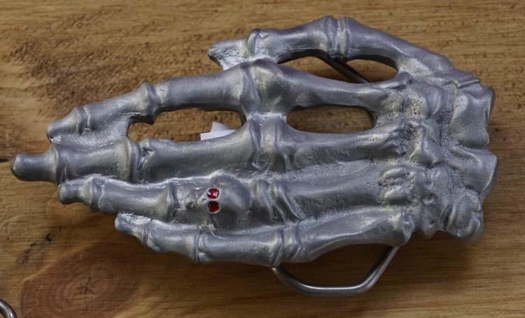 """Buckle  """" Skelet hand met doodshoofd ring """""""