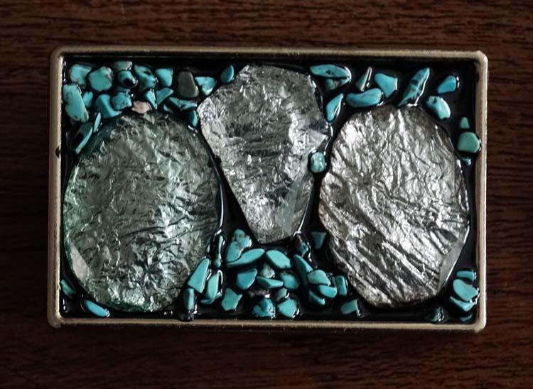 """Buckle  """" Zilverkleurige steen met kleine turquoise stenen """""""