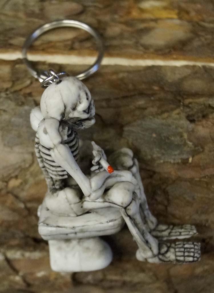 """Sleutelhanger  """" Skelet op wc  """""""