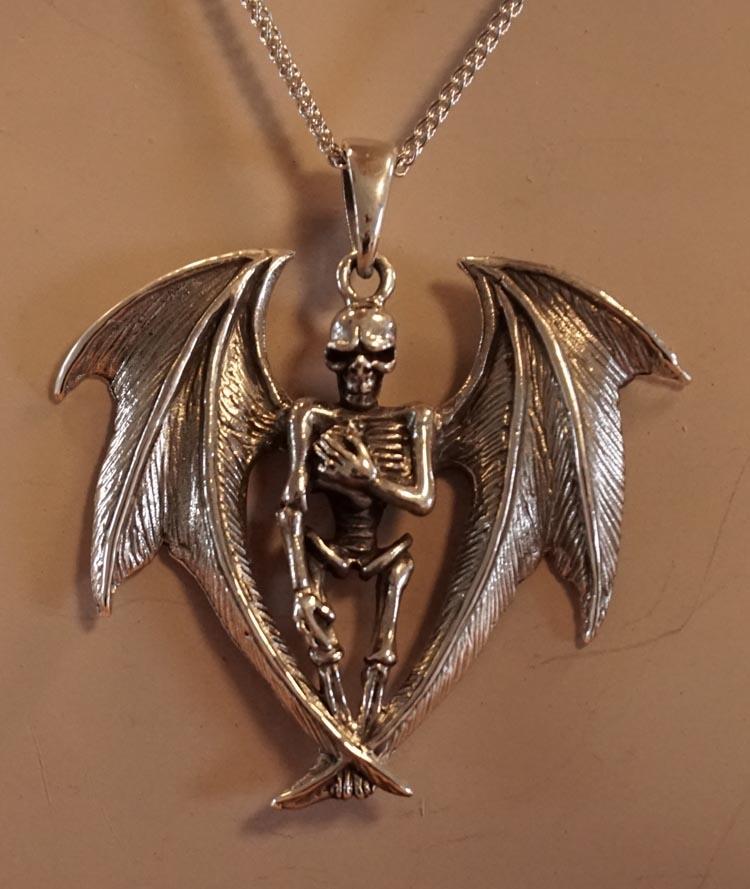 """Zilveren hanger  """" Skelet met vleermuis vleugels """""""
