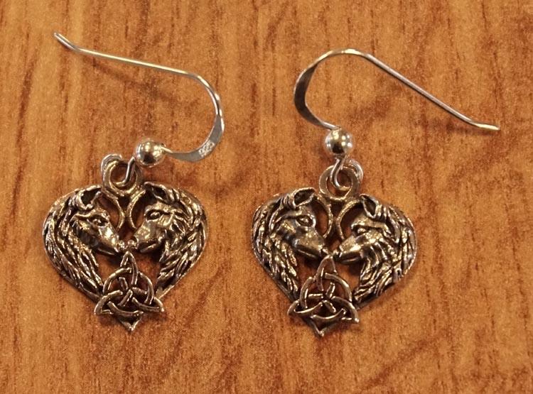 """Zilveren oorhangers  """" 2 wolvenkoppen in vorm van hart """""""