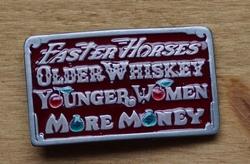 """Tekst buckle  """" Faster Horses, Older Wiskey, Younger ... """""""