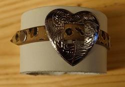 """Leren armband wit  """"  Hartje met tijgerprint  """""""