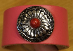 "Brede leren armband  "" Concho rood steen "" Roze"