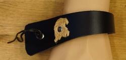 Brede schuine leren armband met veter vast