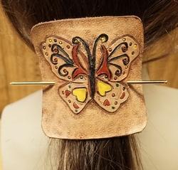 "Leren haarspeld  "" Vlinder ""  gekleurd met machonie"