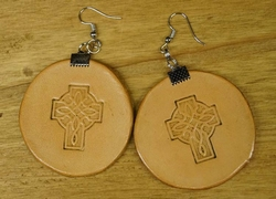 """Leren oorbellen   """" Keltische kruis """"  Tan"""