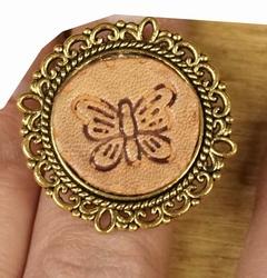 """Ring met leer  """" Vlinder """"  Beige / bruin"""