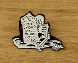 """Speldje  """" Skelet bij grafsteen """""""
