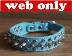 Leren hondenhalsband licht blauw met studs en spikes