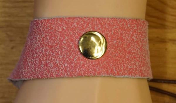 Leren armband met veter vast maken