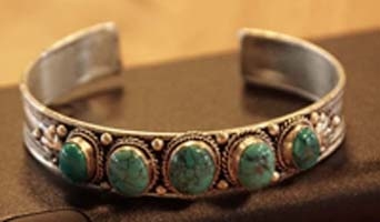 Armbanden met turquoise stenen